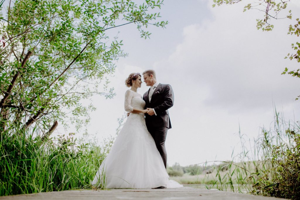 after-wedding-shooting-am-steg-der-osterseen-iffeldorf-melpomeni-photograhy
