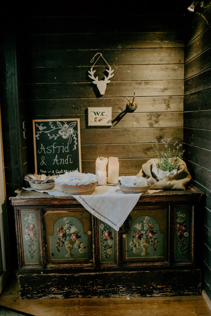 heiraten-auf der angerer-alm-deko-eingang-melpomeni-photograhy