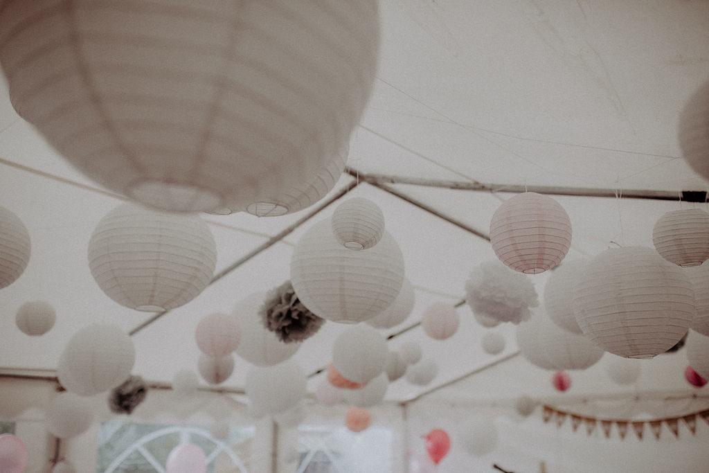 heiraten-auf der angerer-alm-deko-zelt-lampions-melpomeni-photograhy