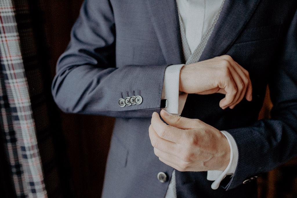 heiraten-auf der angerer-alm-get-ready-bräutigam-melpomeni-photograhy