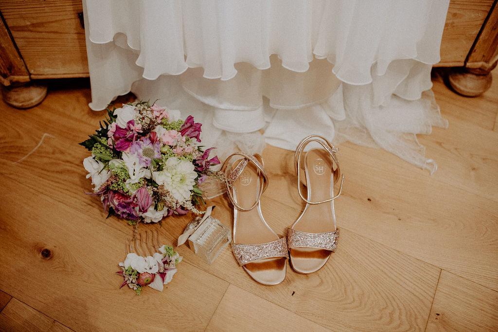 heiraten-auf der angerer-alm-tirol-brautkleid-schue-strauss-melpomeni-photograhy