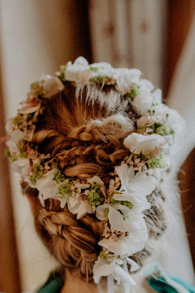 heiraten-auf der angerer-alm-tirol-brautstyling-frisur-melpomeni-photograhy
