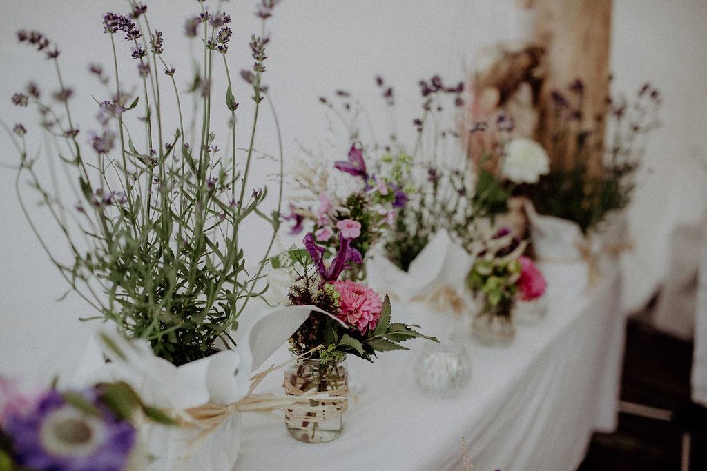 heiraten-auf der angerer-alm-tischdeko-blumen-melpomeni-photograhy