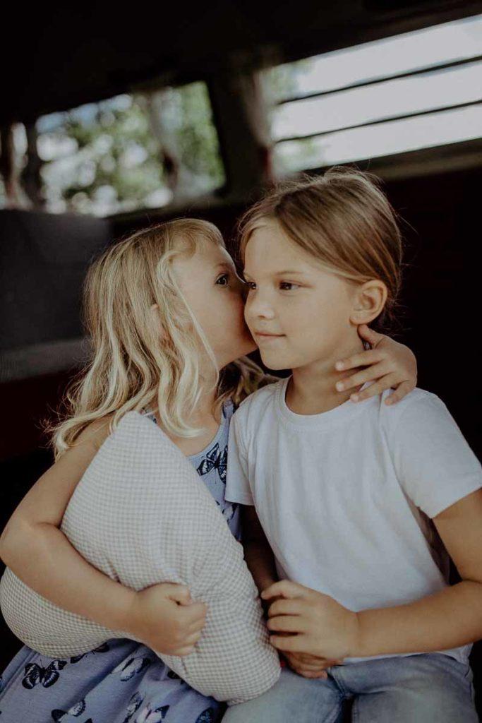 kindergarten-und-familien-fotos-im-vw-bulli-rosi-muenchen-bayern-melpomeni-photography